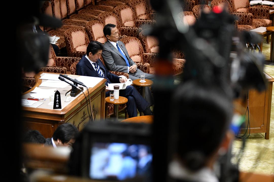 3月19日,日本首相安倍晉三、副首相兼財務相麻生太郎出席參議院預算委員會會議,就政府以低價賣地予森友學園、財務省篡改相關交易文件的醜聞接受議員質詢。 攝:Kazuhiro Nogi / AFP / Getty Images