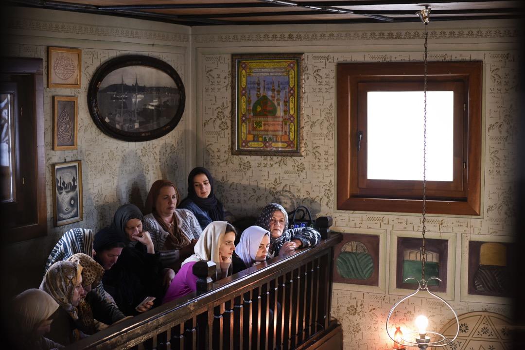 2018年3月22日,科索沃城鎮普里茲倫,一群女子在樓座觀看伊斯蘭蘇菲教派苦行僧在禱告室參加儀式。