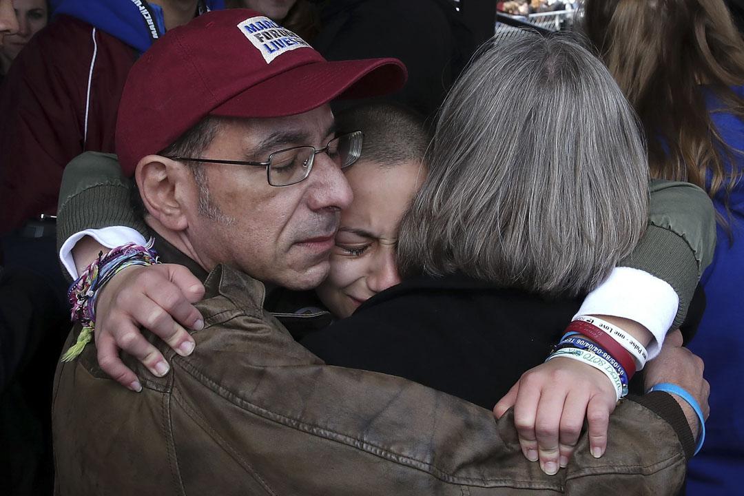 美國首都華盛頓,弗羅里達州帕克蘭校園槍擊案生還學生之一,這次遊行的其中一位發起人Emma Gonzalez在發表講話後,到後台擁抱父母。