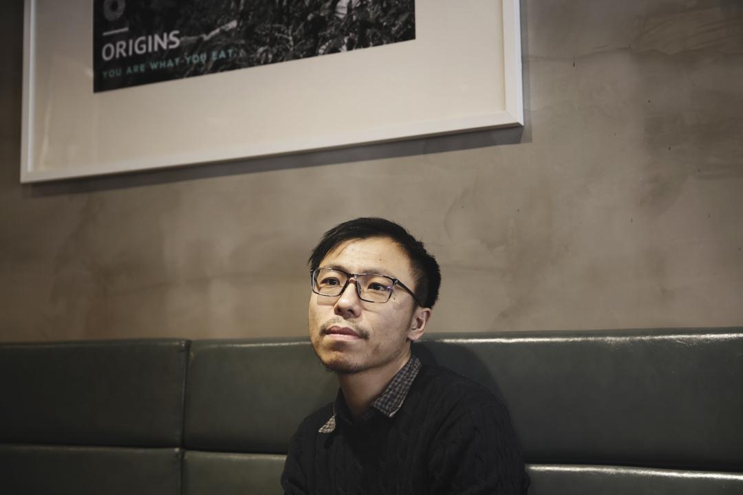 2010年,27歲的雙雪濤完成了自己的處女作,也就是後來出版的《翅鬼》。真正在大陸嶄露頭角是31歲那年,雙雪濤以《跛人》在次年成為中國人民大學文學院首屆創造性寫作研究生班的一員,從此開始了他的北京生活。