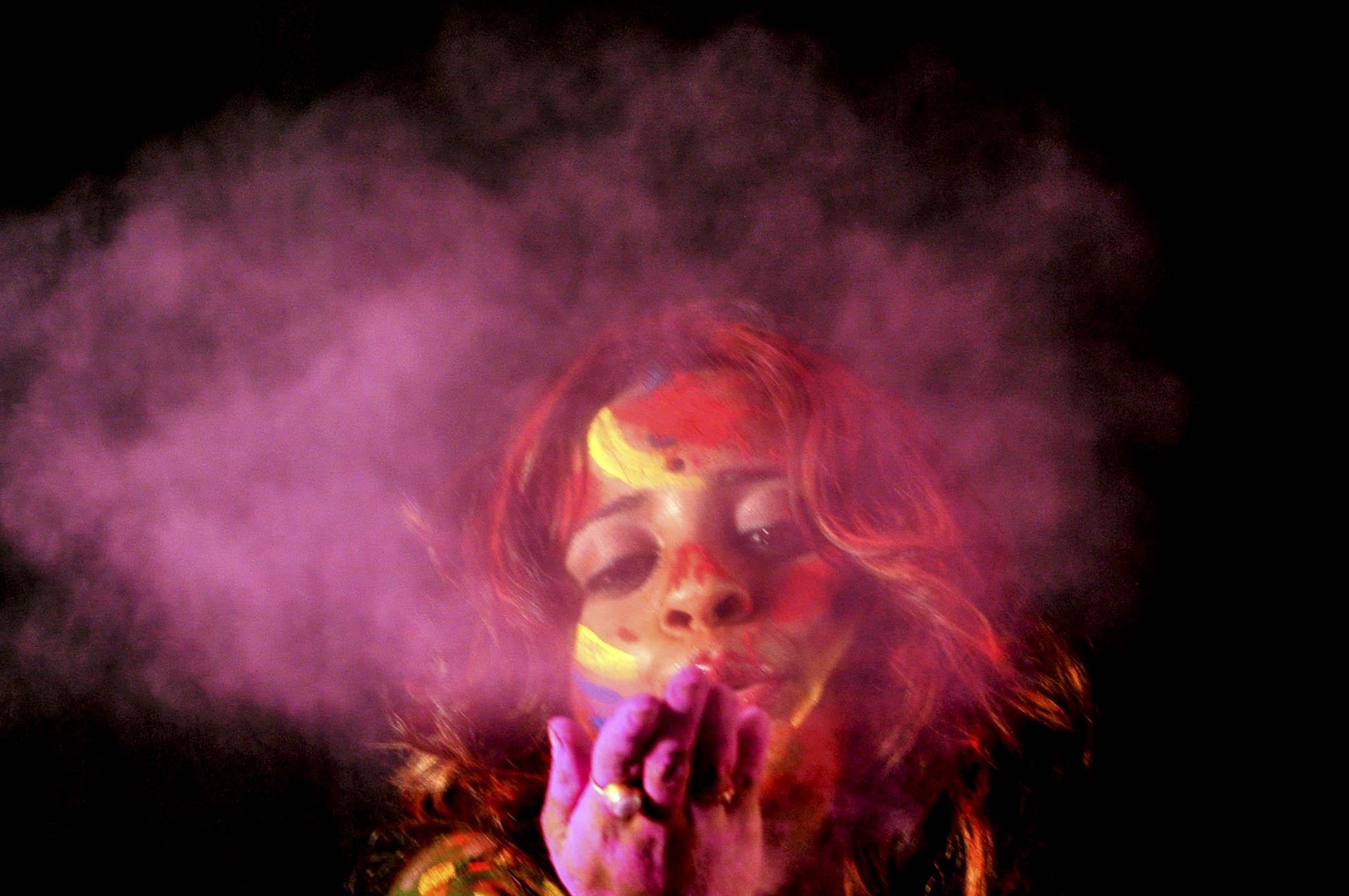 2018年2月27日,印度有「寡婦之城」之稱的城鎮溫達文,一名女子於印度教節日胡里節(Holi)節慶活動中與其他參加者互相扔顏色粉,跳舞慶祝。