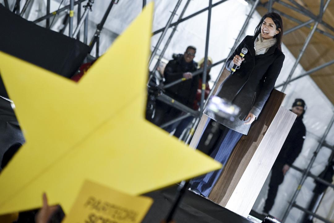 2017年底,拉吉宣布不會尋求連任羅馬市長。圖為2018年3月2日,五星運動的拉吉在羅馬人民廣場的競選活動上向支持者發表講話。