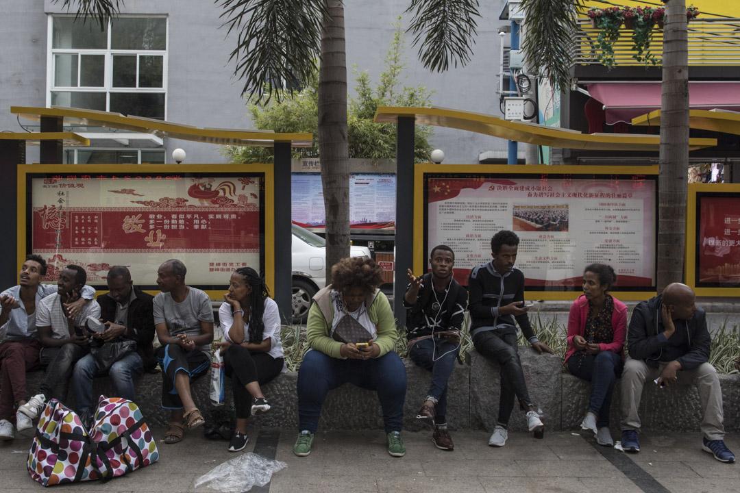 2018年,來自非洲的移民在廣州,其中的寶漢街是他們常去購物的地方。