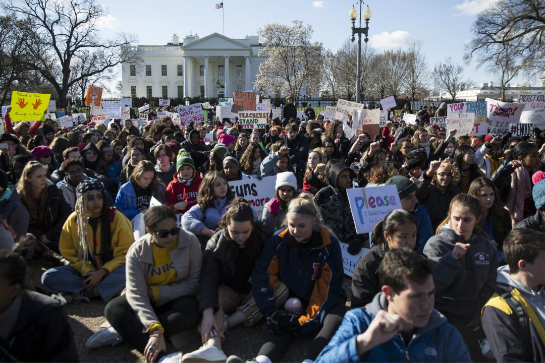 2018年3月14日,美國多地學生罷課在白宮外舉行抗議示威活動,呼籲政府加強槍支管控。 攝:Toya Jordan Sarno/Getty Images