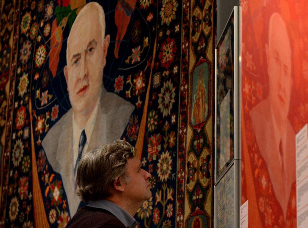 一名訪客正在參觀前蘇聯領袖赫魯曉夫的回顧展。
