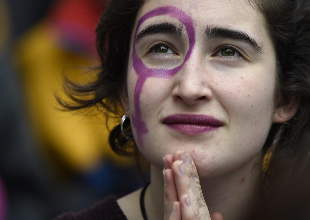 2018年3月8日,西班牙巴塞隆那,有組織在婦女節發起史無前例的一天大罷工,捍衛女性權益,一名女子參與罷工期間的示威活動。