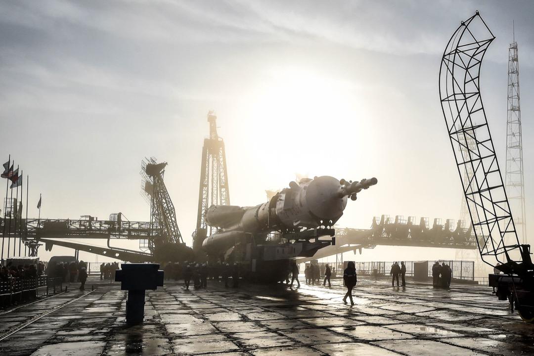 2018年3月19日,哈薩克拜科努爾航天發射場,聯盟 (Soyuz) MS-08 太空船正被安裝在發射台上,為3月21日的發射做準備。