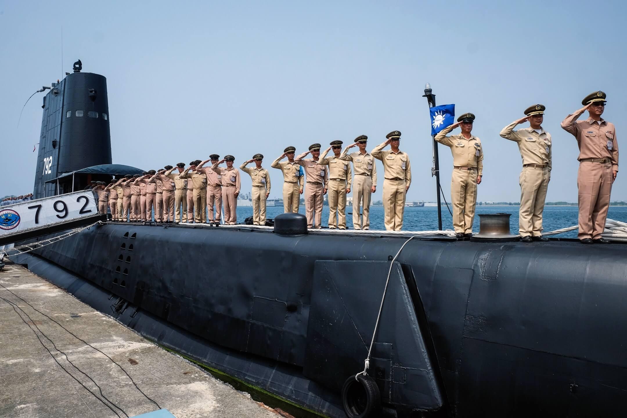 此次美國所核准的「行銷核准證」,僅為涉及潛艦的「戰鬥系統」,包括聲納、魚雷、潛射反艦飛彈及其自動化射控系統等;而非潛艦國造案所涉及,包含儎台設計、戰鬥系統與全艦系統整合等完整的技術協助。圖為2014年台灣海軍在一艘美製潛艦上行禮。 攝:Sam Yeh/AFP/Getty Images
