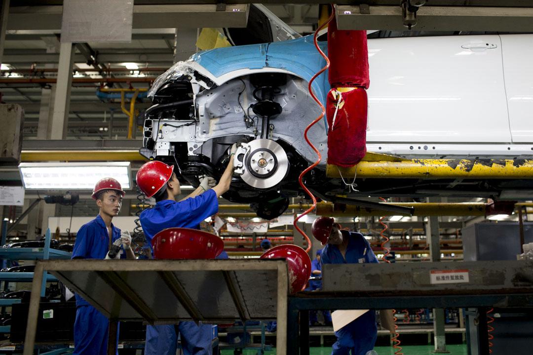 「中國製造2025」包含了從新能源汽車、人工智能到大數據、物聯網在內的眾多前沿科技領域,並不是「中國製造2025」名單上的所有產業最後都會開花結果。這樣的「撒大網」,本身已經藴含了政策制定者對於前景的不確定判斷。圖為比亞迪在深圳車廠的製造情況。