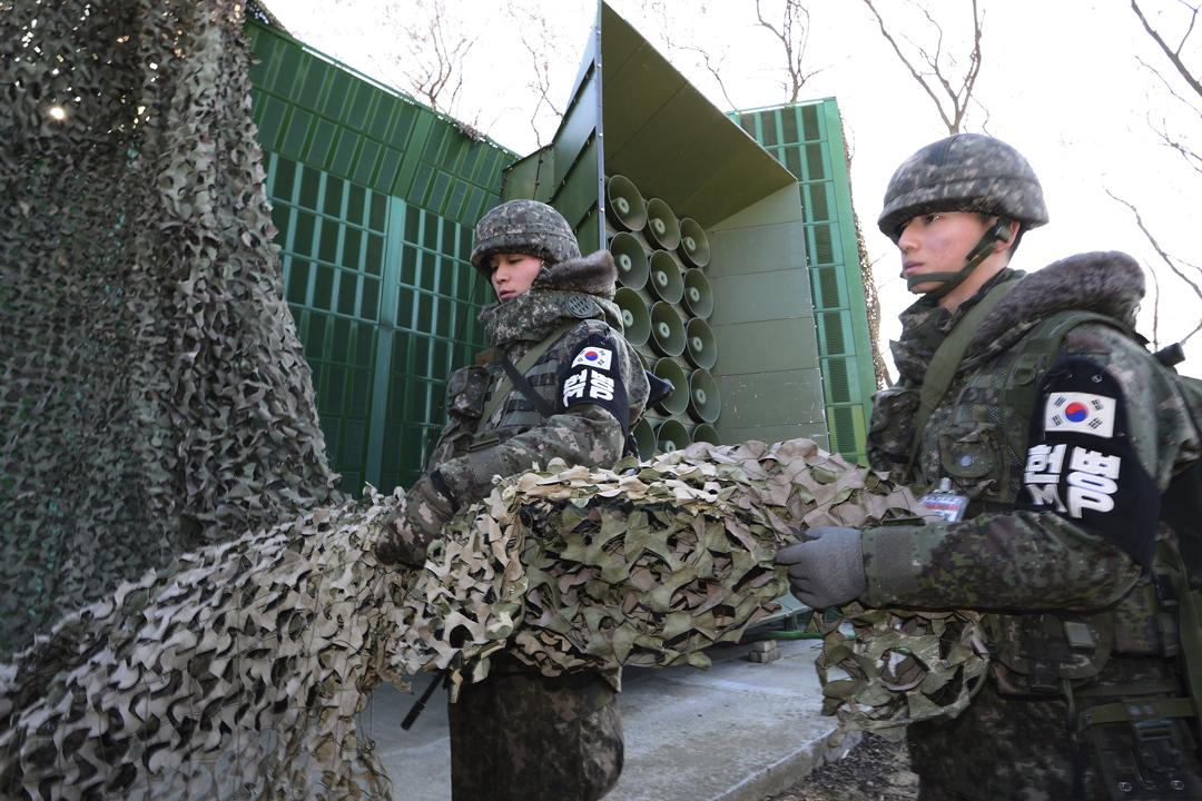 南韓自今天凌晨停止在軍事分界線以擴音器對北韓作政治宣傳廣播,以為會談營造良好氣氛。圖為2016年1月在南韓漣川郡,南韓軍方因應北韓進行核試,而重啟針對北韓領袖金正恩及其政權的政治宣傳廣播。 圖片來源:Korea Pool-Donga Daily via Getty Images