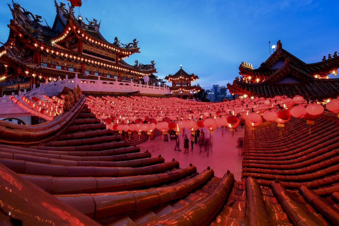 馬來西亞的華語教育是東南亞各國中表現最出色的。在很多方面,對於傳統文化價值觀的保護和弘揚甚至超越了中國。圖為2018年2月15日,在農曆新年前夕,馬來西亞華人信徒們到吉隆坡的天后殿參拜。