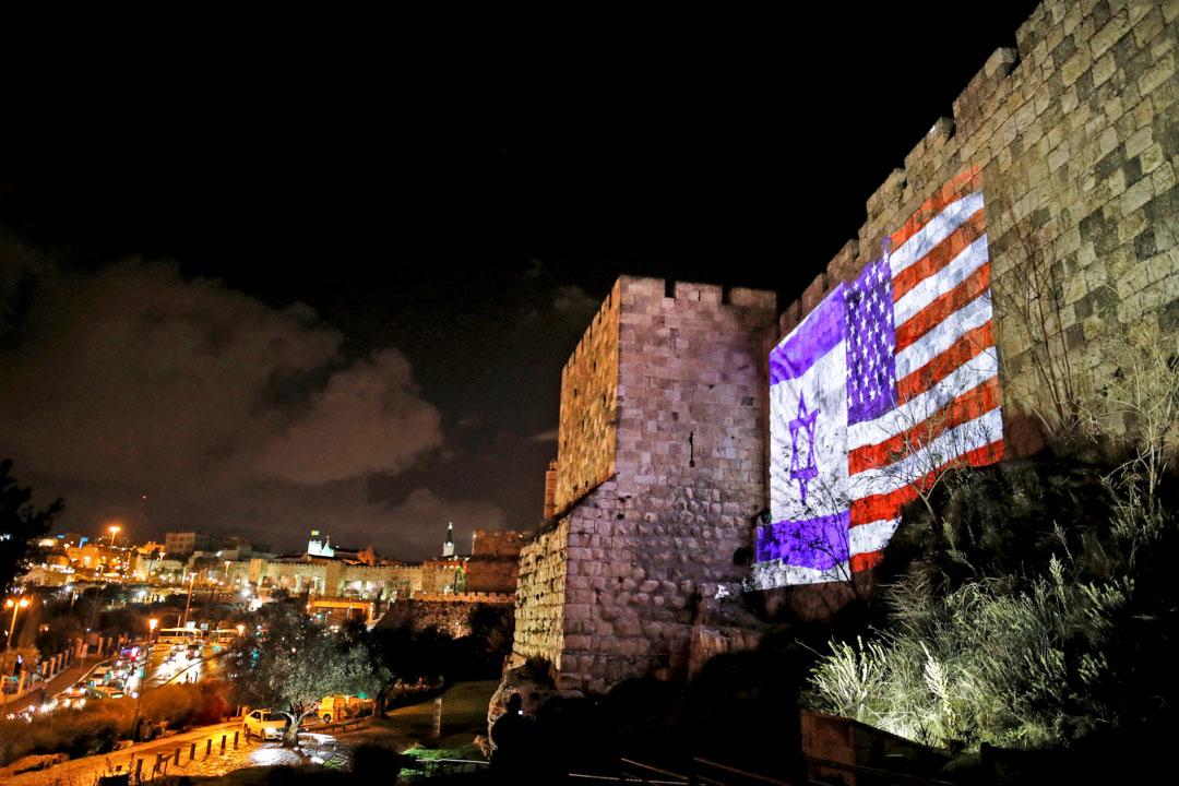 特朗普於2017年12月6日將有爭議的耶路撒冷確認為以色列首都,並啟動將特拉維夫美國大使館遷至耶路撒冷的序程。圖為當天晚上,一幅美國國旗與以色列國旗投影在耶路撒冷市的老城牆上。