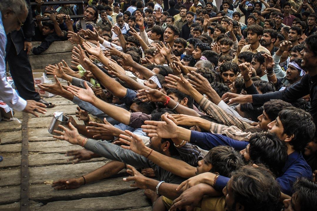 以色列控制着巴勒斯坦的進出口貿易與税收,巴勒斯坦經濟因而對前者無比依賴。圖為2014年11月4日,巴基斯坦費薩爾巴德,人們在阿舒拉節的紀念活動上爭搶免費食物。