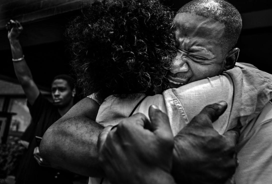 2017年6月18日,美國明尼蘇達州聖安東尼村,John Thompson在朋友Philando Castile的追思會上發表演說後與友人擁抱。Castile早前被警員Jeronimo Yanez槍殺,其後在審判中被判無罪。