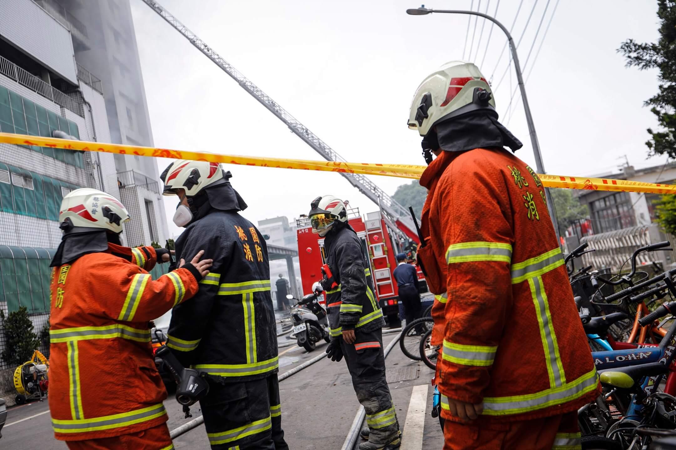 2018年4月29日,台北桃園市平鎮區敬鵬工廠大廈發生大火,造成5名消防員殉職,兩人重傷。 攝:端傳媒