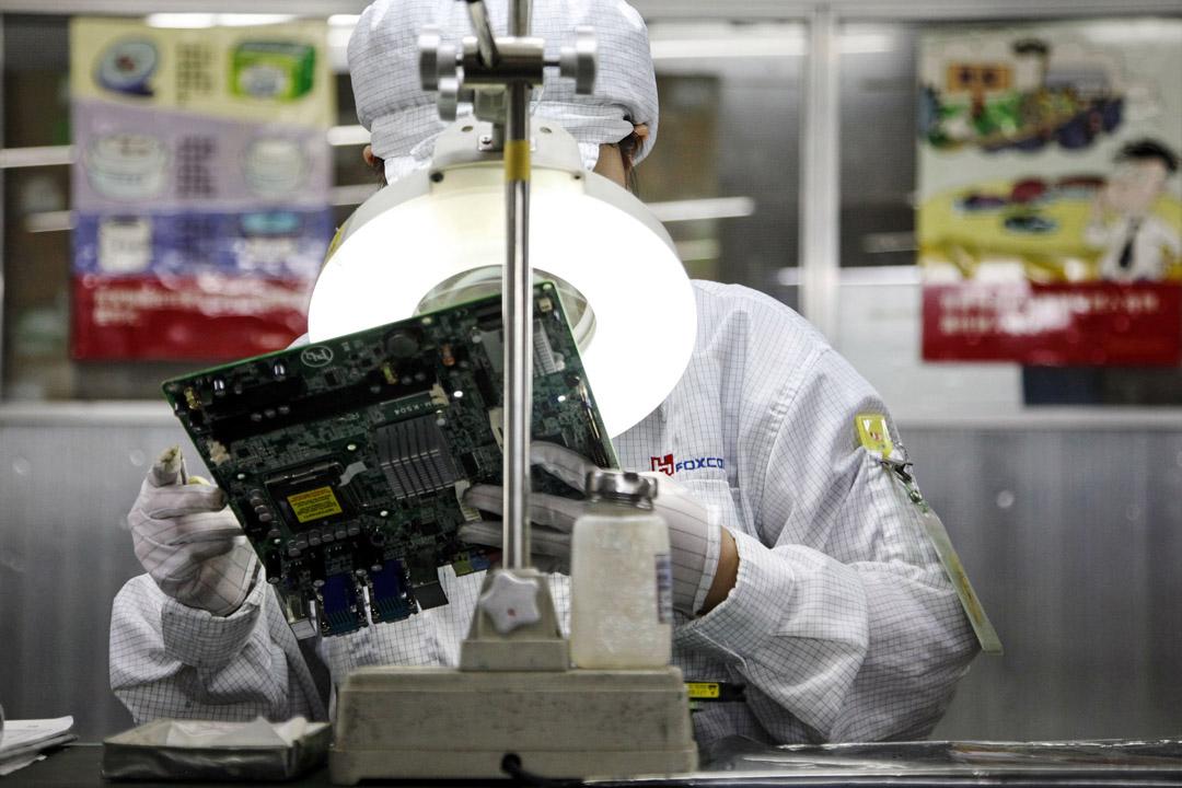 中國的簡單代工製造業如蘋果手機,其設計與知識產權都在美國,鴻海在中國大陸建造組裝厰,「淨附加值」不高。但在進出口平衡表上,蘋果手機的總值都被計入美國進口中,這遠遠不能反映真實的情況,對中國不公平。