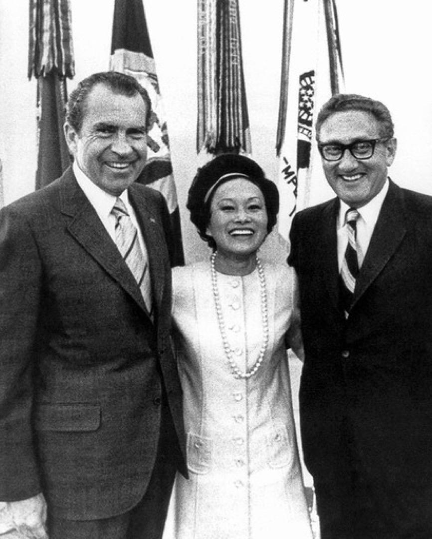 陳香梅與美國總統尼克遜及基辛格的合照。