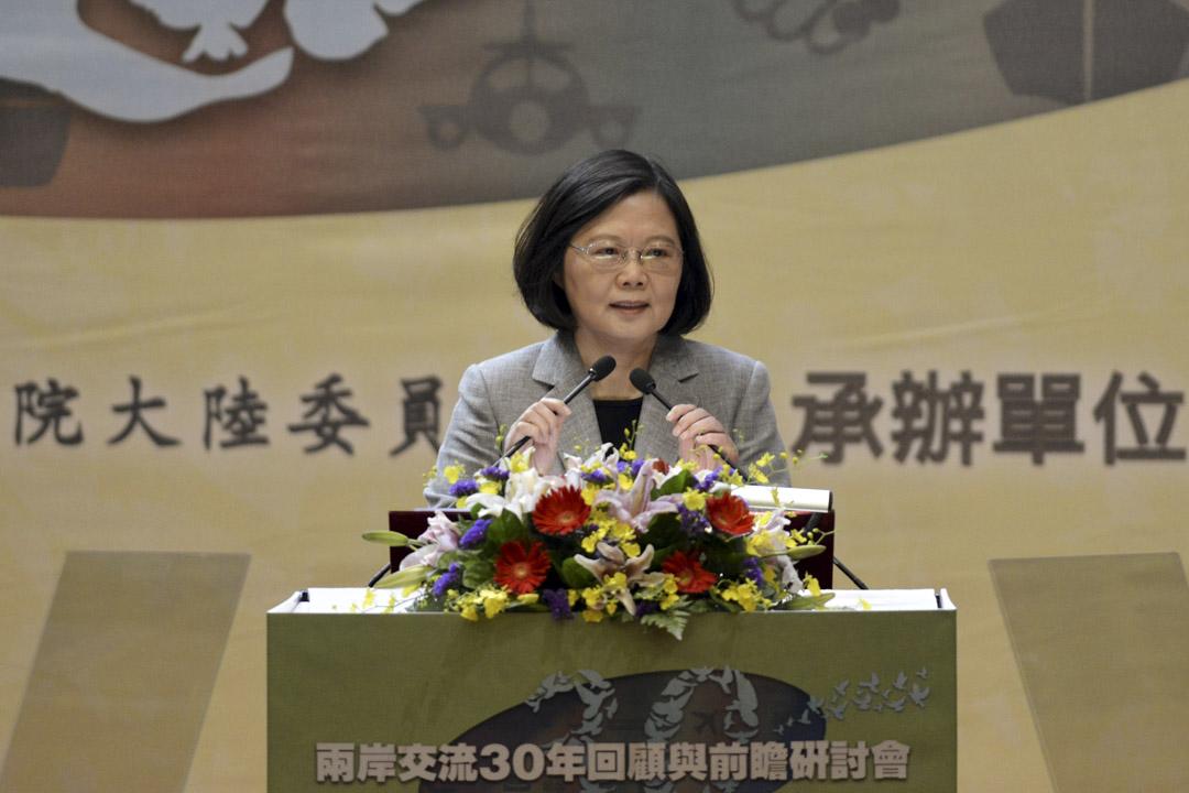 學者認為,蔡英文在兩岸論述方面不是台獨基本教義派,屬於實際派,蔡英文當務之急是穩住年底九合一選舉,並且連任第二任總統,若連任成功,一定會在兩岸論述上有所作為,陳明通勢必也將參與其中。圖為蔡英文於2017年10月26日在台北舉辦的台灣與中國關係會議上發表講話。
