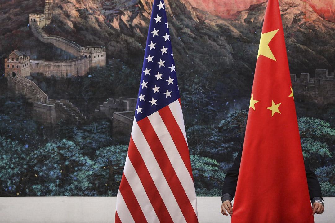 中美之間「一對一」的貿易戰仍處於引而未發的階段,雙方還在枱底尋求避免貿易戰的方案。但在輿論層面,已經引發唇槍舌戰。 攝:Feng Li/AFP/GettyImages
