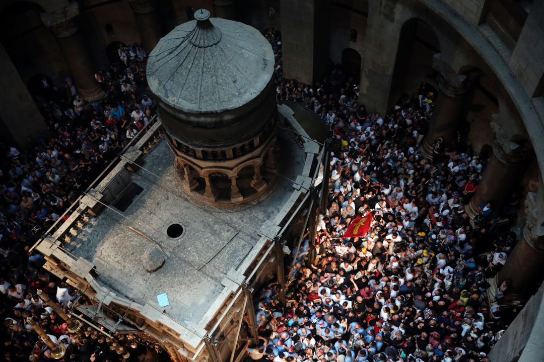 2016年4月30日,東正教教徒在聖墓教堂圓形大廳內,圍繞著耶穌之墓跳舞祈禱。