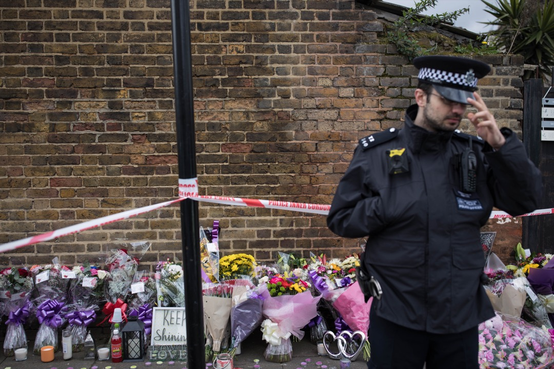 2018年4月4日,英國倫敦,民眾到槍擊案現場擺放鮮花悼念死者。當地時間4月2日晚上,17歲的 Tanesha Melbourne 在倫敦的諾森伯蘭公園一帶被坐車的槍手射殺。