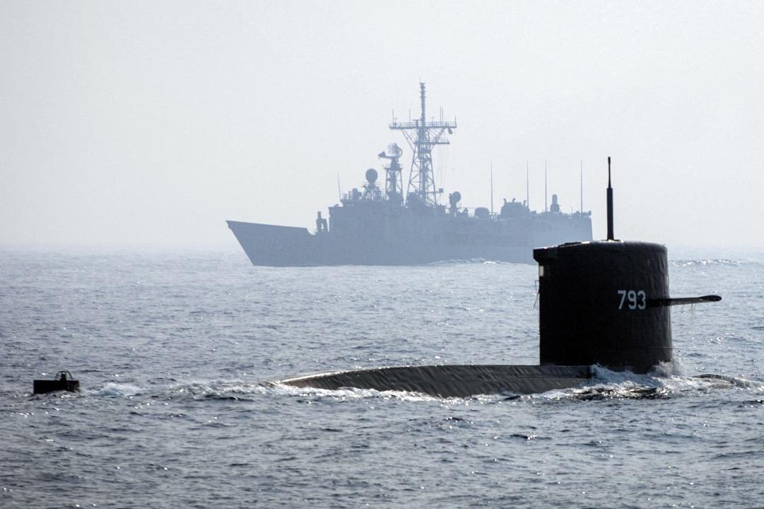 若台灣海軍潛艦兵力還有餘裕,則除了先期占領台灣周邊的伏擊區,還能前往中共潛艦部署必經之航道,甚至敵中共海軍基地附近水域執行伏擊作戰,更有機會重挫中共以潛艦部隊切斷台灣對外海上交通的行動。圖為2007年台灣高雄一帶海域的一次軍演。