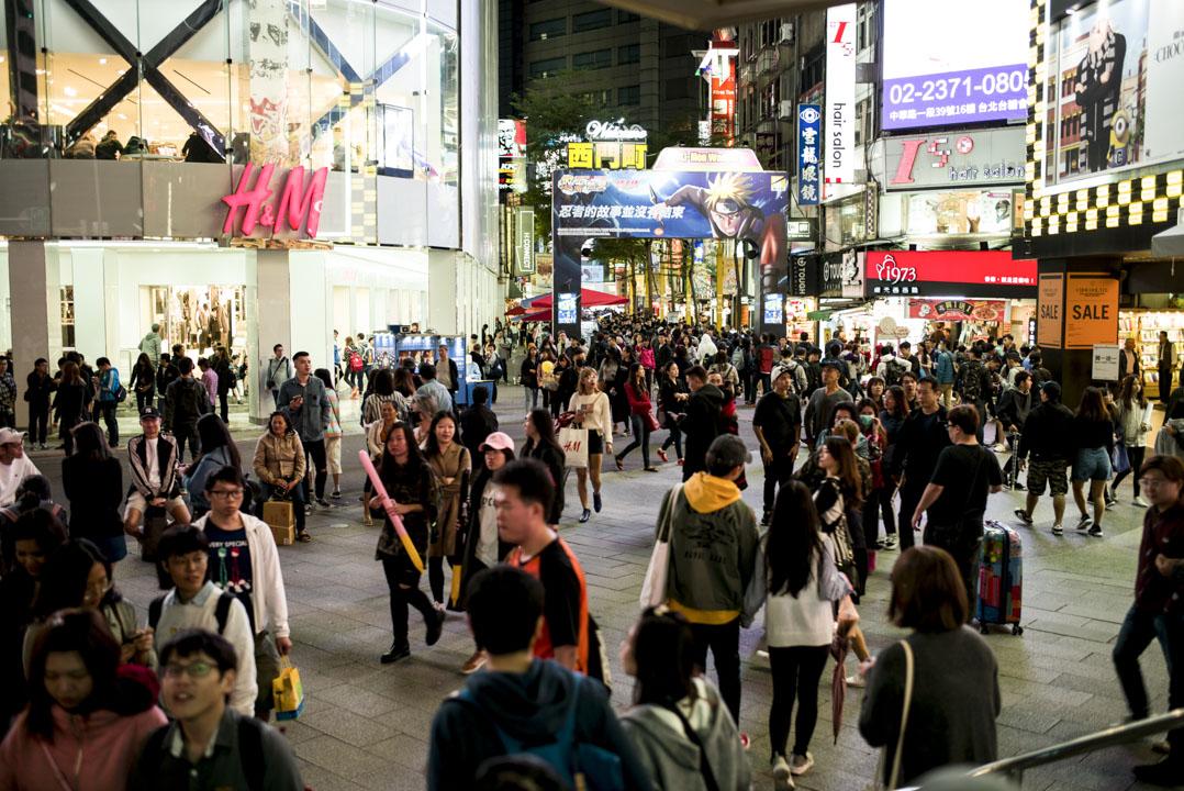 台灣民主基金會委託政大選研中心所做的這個調查,其中在民主支持度方面,台灣年輕人對民主政治的支持是穩定地維持在超過七成,甚至近兩次調查都超過八成的比例,這和歐美國家出現的年輕人反民主趨勢是相反的。 攝:林振東/端傳媒