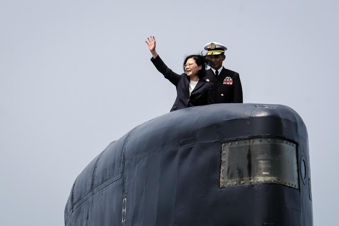 2017年3月21日,台灣總統蔡英文在高雄左岸海軍基地的一艘荷蘭製造的軍艦上揮手。