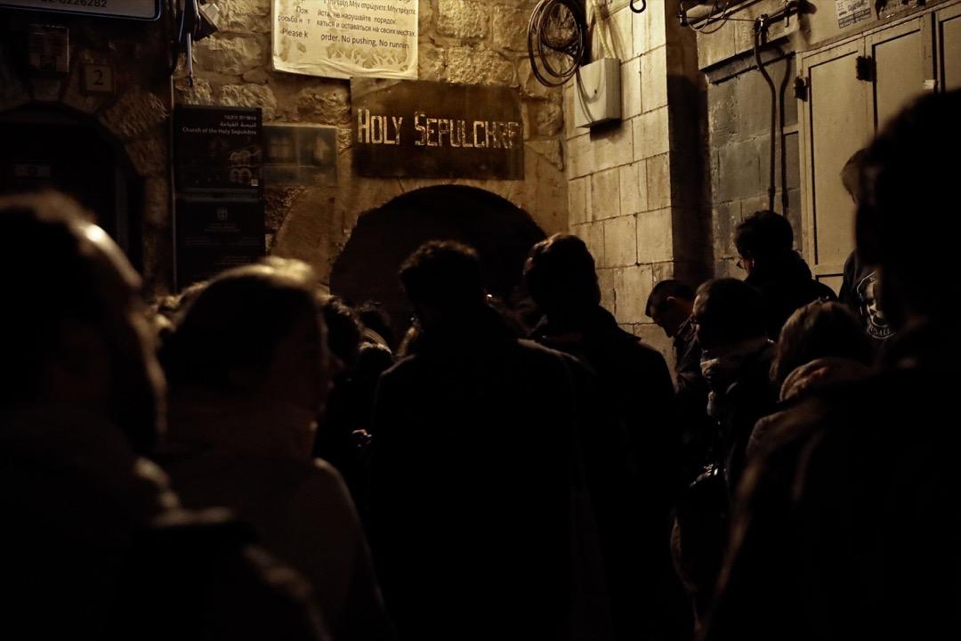2018年2月28日,基督教徒在關了門的聖墓教堂外等候重新把大門打開。
