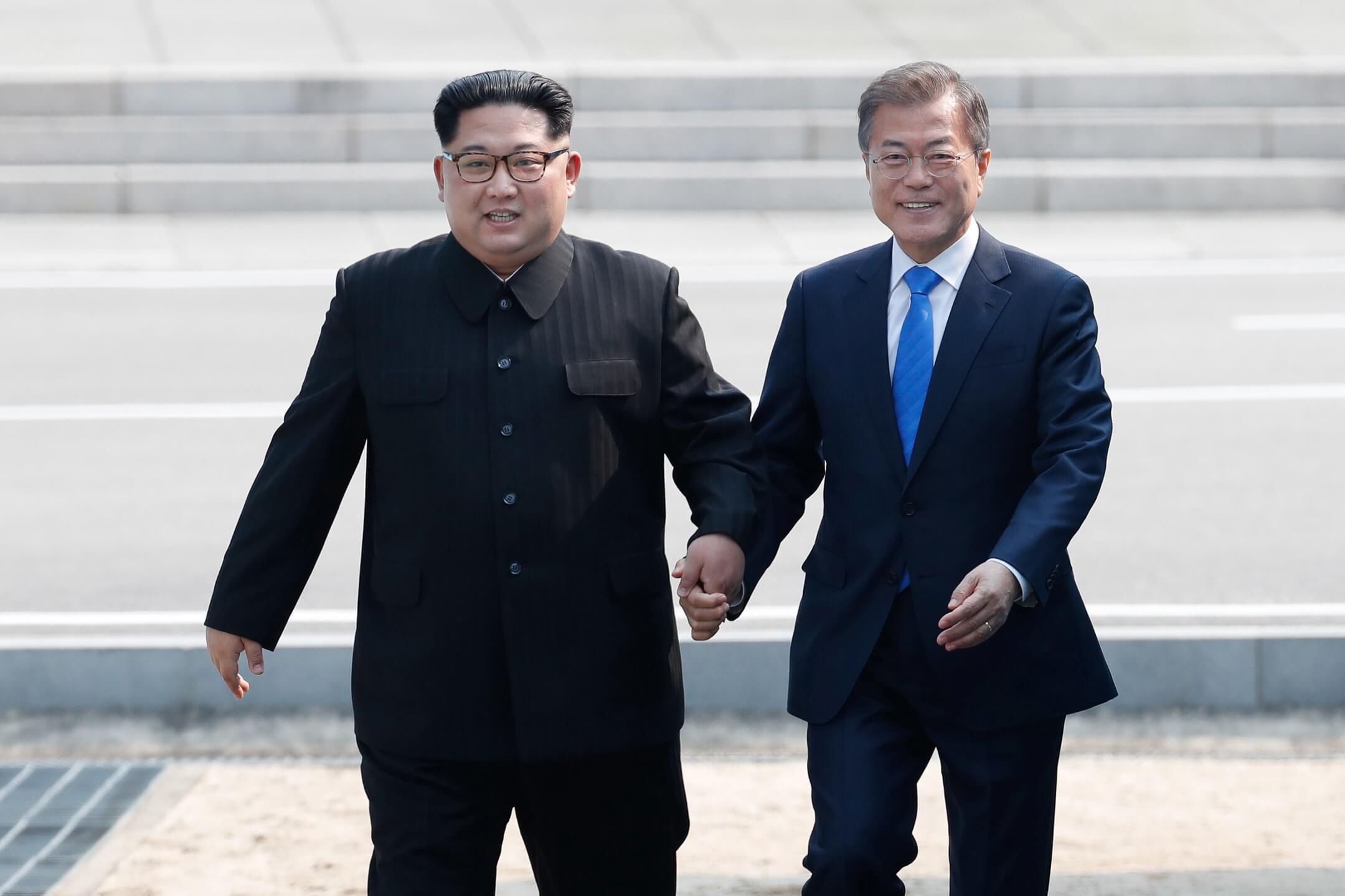 韓半島即將迎來第三次南北首腦會談,雙方領導人將在板門店進行歷史性會晤,主要議題包括實現無核化、構建和平體制、改善南北關係等。圖為2018年4月27日,南韓總統文在寅與北韓領袖金正恩於板門店非軍事區携手越過三八線。 攝:Inter-Korean Summit Press Pool/Anadolu Agency/Getty Images