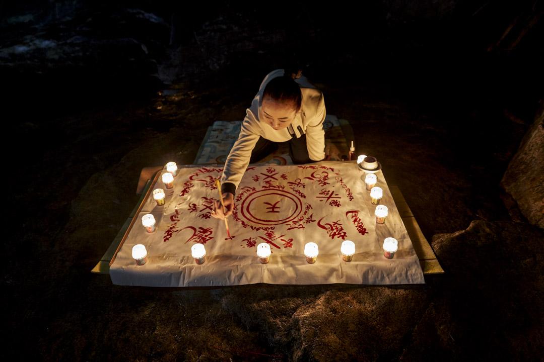 南韓江原道,薩滿法師Nunkotsunnyu在頭陀山的一個山洞裏,用動物血畫護身符。