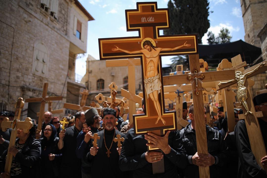 2017年4月14日,基督教朝聖者在聖墓教堂門前拿著十字架,準備沿著「受難之路」(Via Dolorosa) 展開宗教遊行。