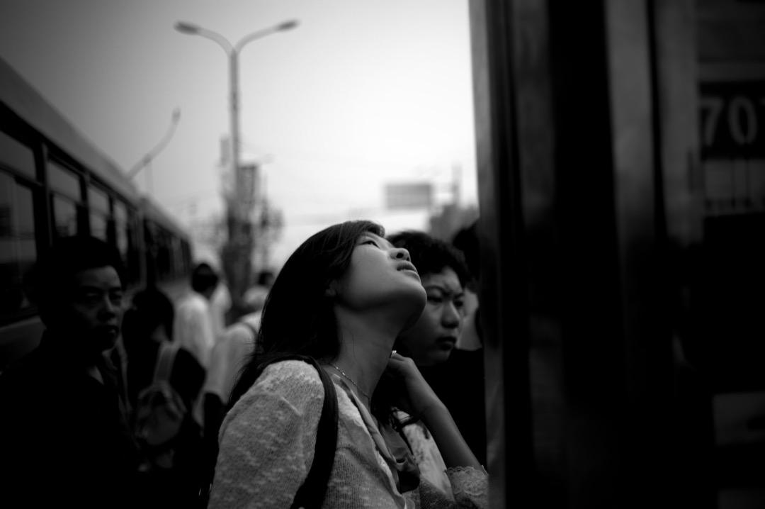 在雅加達的街頭,我對木田說,開會的時候主辦方給我們每人送了一個印尼傳統樂器昂克隆,宴會的時候大家用它一起合奏《Que Sera Sera》。後來她發了一段自己改編的版本,把歌詞裏的「Will I be pretty? Will I be rich?」改成了「Will we be equal? Will we be free?」(圖片並非岳昕本人) 攝:Fred Dufour/AFP/Getty Images