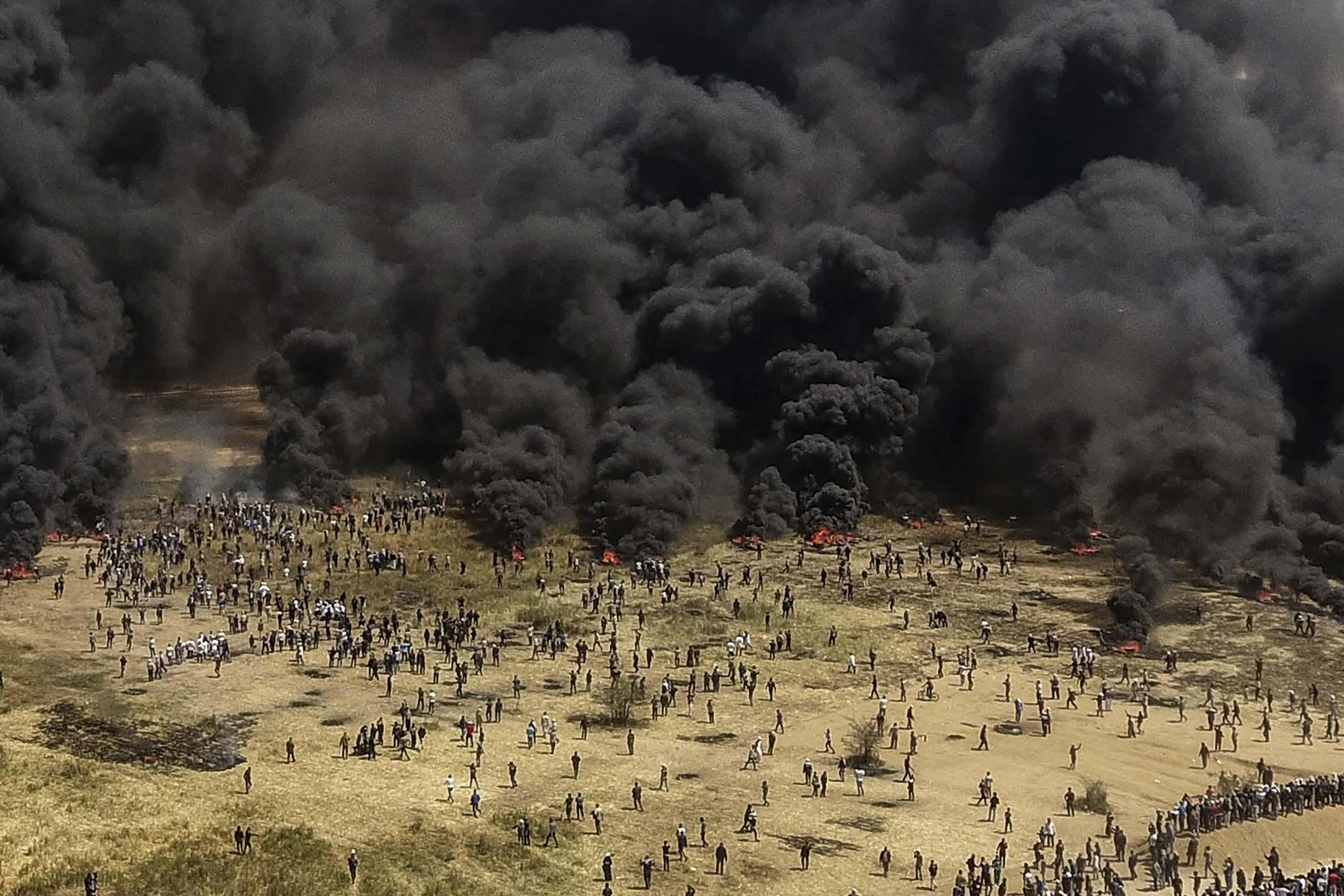 航拍照片顯示由巴勒斯坦示威者焚燒車胎所造成的一團團黑煙正在以巴邊防冒起。 攝:Stringer/Anadolu Agency/Getty Images