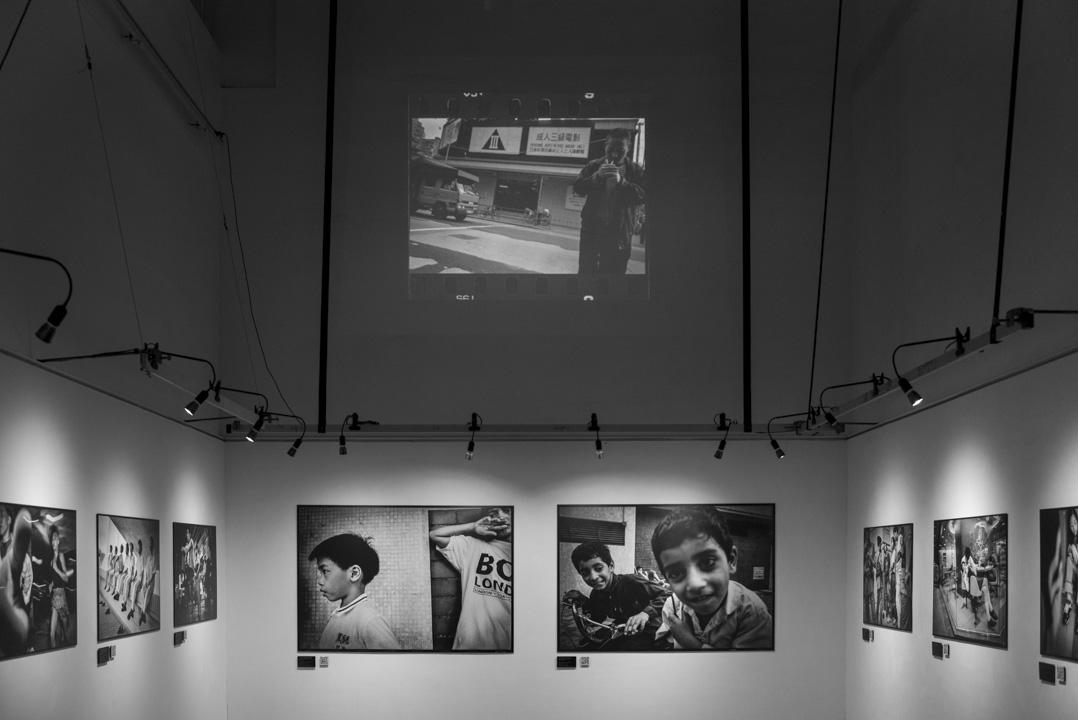 謝至德的《萬念‧叢生》攝影展,照片選自1990年至2000年自發的攝影計劃《香港面貌》。