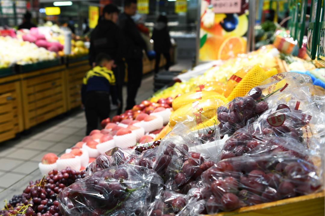 4月2日,中國政府發布了對美國7類128項進口商品中止關稅減讓義務的清單,主要包括水果及豬肉製品。 攝:Imagine China