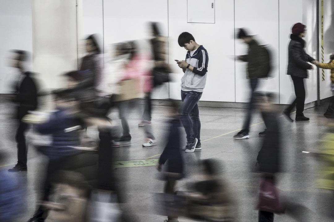 江雪:是否該接受朋友的建議,徹底離開微信,去尋找更開闊的表達空間。但又想,如果是在牆外,我們的表達不能被最需要接受自由信息的人看到,那價值是不是又打了折扣? 攝:Qilai Shen/Bloomberg via Getty Images