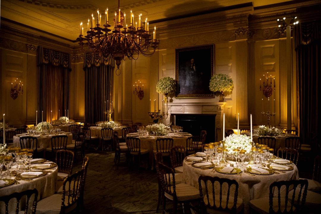 2018年4月23日,美國首都華盛頓,美國總統特朗普在白宮國宴廳設宴款待到訪的法國總統馬克龍及其夫人特羅尼厄(Brigitte Trogneux),這是特朗普上任後首次舉行國宴。馬克龍這次到訪主要目標是遊說特朗普不要退出伊朗核協議。