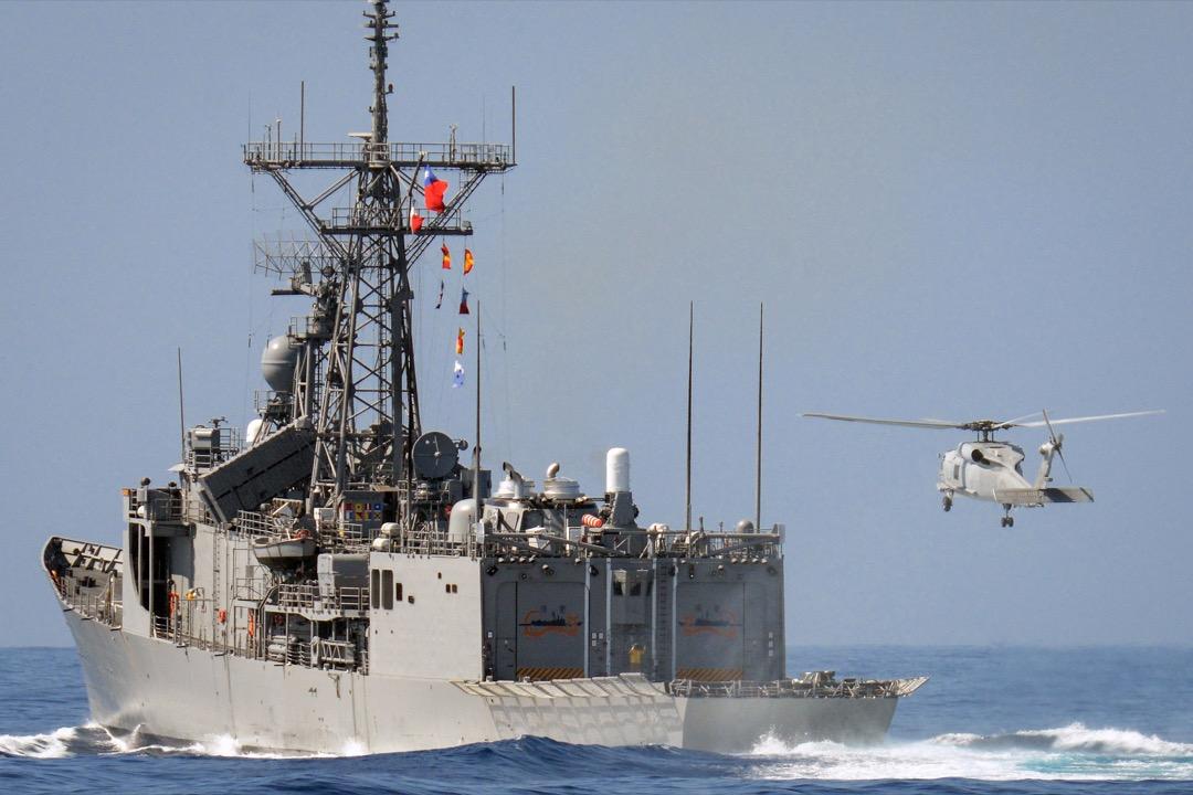 不少美國潛艦軍官認為,美國與台灣的軍事交流在1979年因為斷交而後,中斷了近20年;雖然在1997年台海飛彈危機後重新恢復,但仍是以情報交換、協助台灣軍方使用美製武器裝備與小部隊訓練觀摩為主。因此,對美國潛艦軍官部隊來說,最簡單的方式就是台灣最好不要有潛艦,使得美軍潛艦在進入任務區時,只要發現不明潛艦就可放手攻擊,而無須花費時間與承擔風險去進行敵友識別。圖為2014年台灣花蓮以東海域的一次軍演。