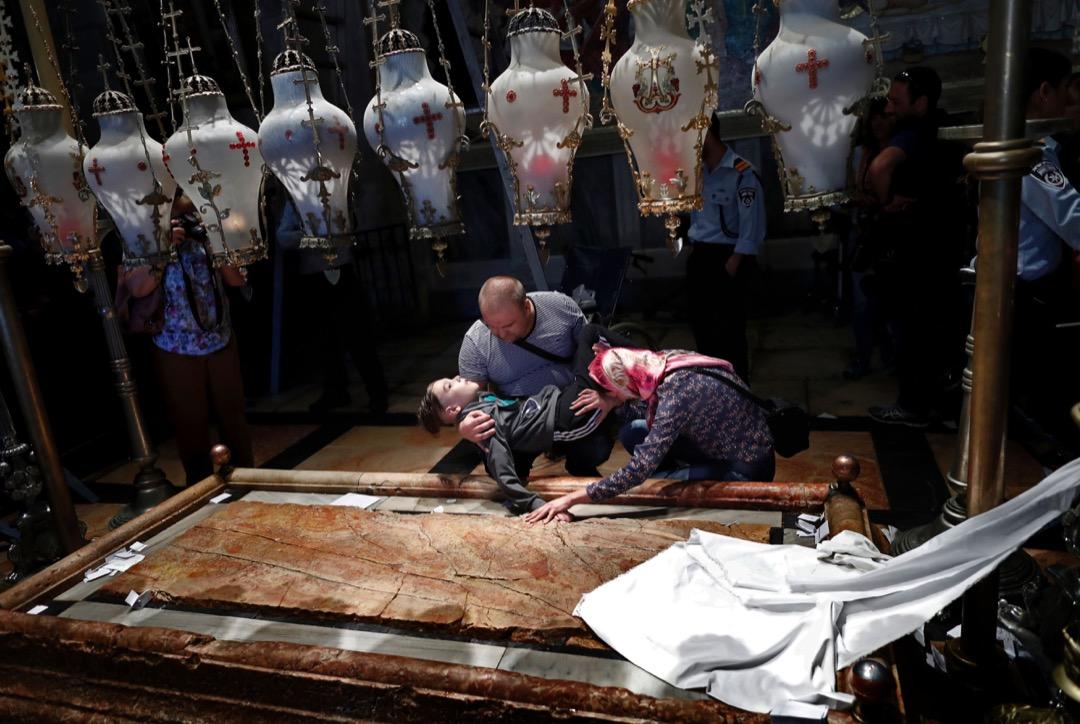 2016年4月29日,東正教朝聖者到聖墓教堂為他們殘疾的兒子祈禱。
