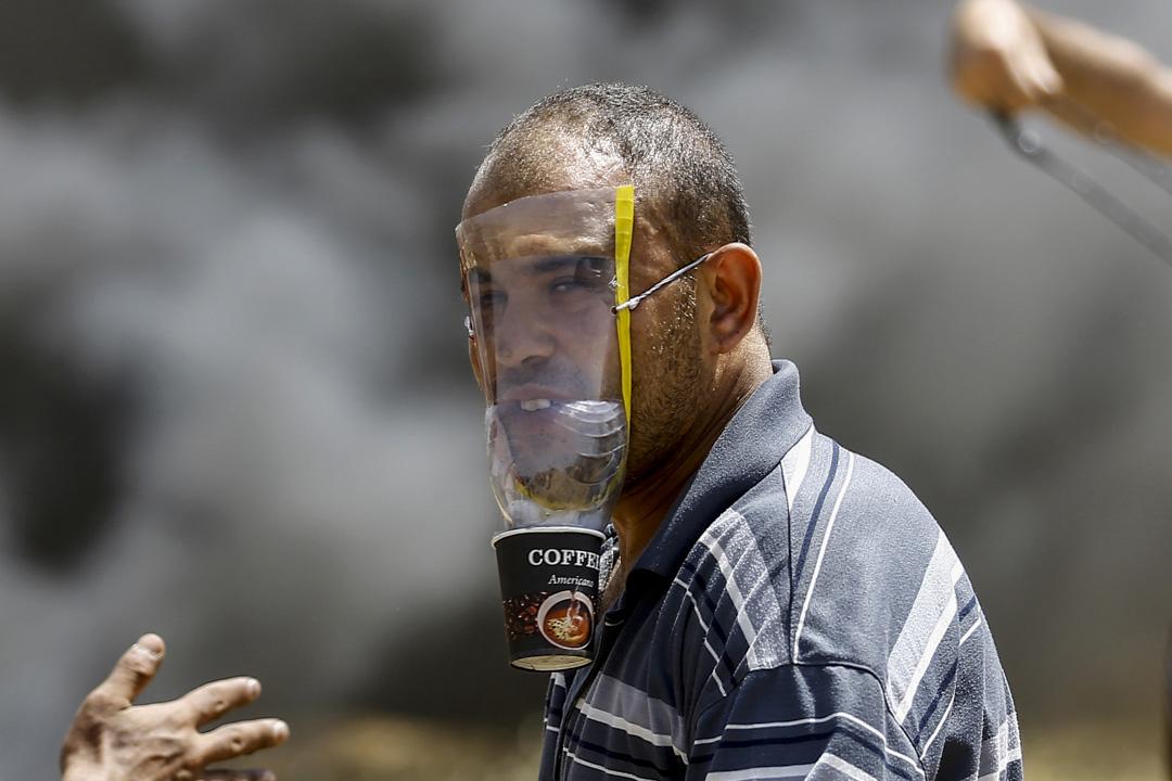 示威者用膠樽及咖啡杯自製簡單防毒面罩抵抗以軍釋放的催淚彈。