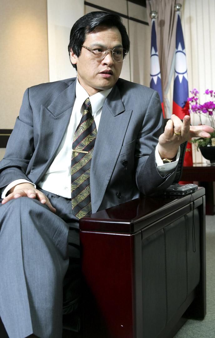 陳明通任教於台灣大學國家發展研究所,第一次進陸委會是前總統陳水扁任內,先後擔任副主委和主委,還曾經參與研議「中華民國第二共和憲法草案」。圖為2007年,時任陸委會主委時的陳明通接受媒體採訪。