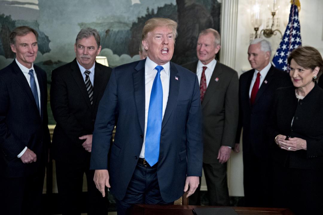 美國認為,為了糾正中國以各種不公平的方式取得美國的知識產權的現象,必須以適當的行為回應,關稅只能算滿足國內民粹的前菜,還有兩項措施才是主菜,即是限制中資與訴諸世貿組織的法律戰。圖為3月22日,美國總統特朗普簽署簽署「中國經濟侵略」備忘錄。