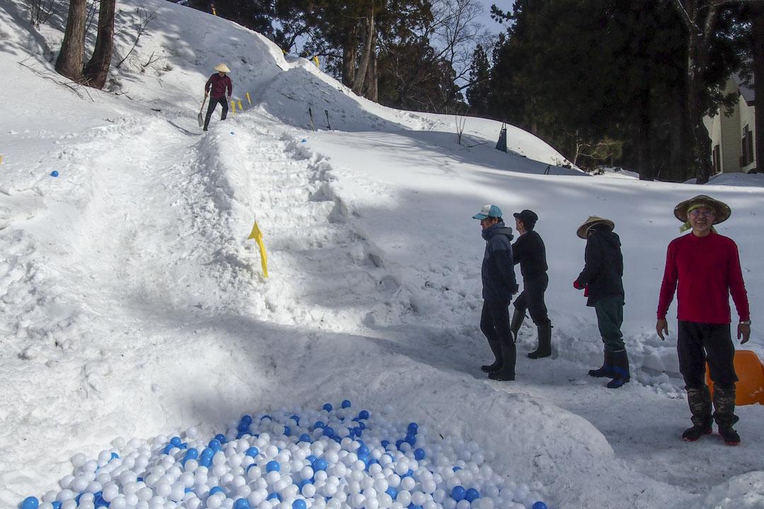 石松丈佳研究室的「扔女婿」(セルフ婿投げ)是一座雪中滑梯,模擬當地居民將女婿從懸崖拋下的習俗。