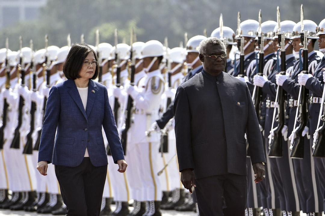 2017年9月26日,所羅門群島總統瑪納西·索加瓦雷訪問台灣,與總統蔡英文在台北舉行歡迎儀式期間視察儀仗隊。