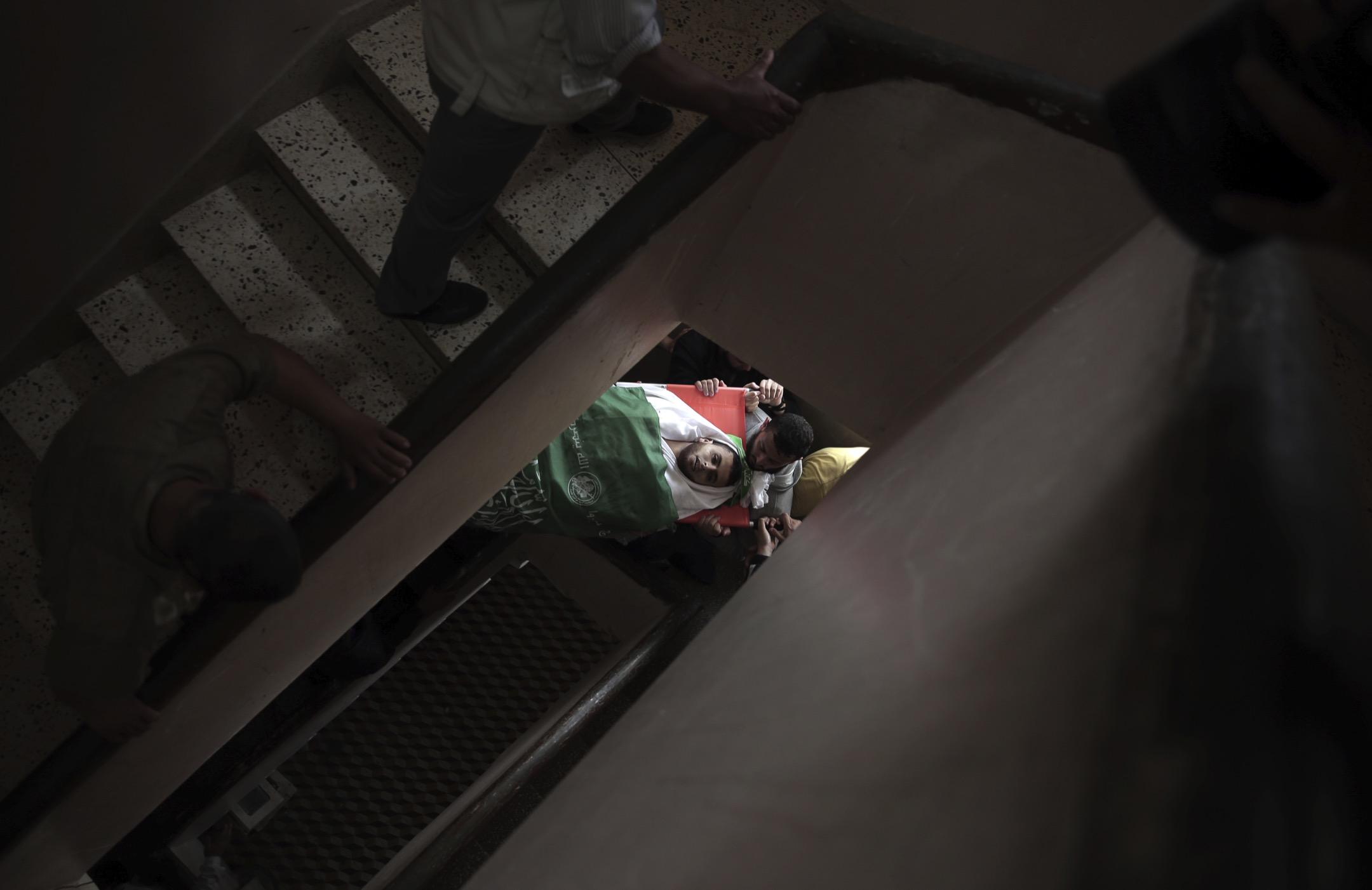 2018年4月5日,加沙地區受以色列空襲,23歲的 Mojahid al-Khodari 在空襲中身亡,蓋上國旗的遺體被親友們抬回家進行喪禮。當地示威活動仍然持續,目的為逃難到中東各地的巴勒斯坦人爭取回家的權利,示威至今造成21人死亡。