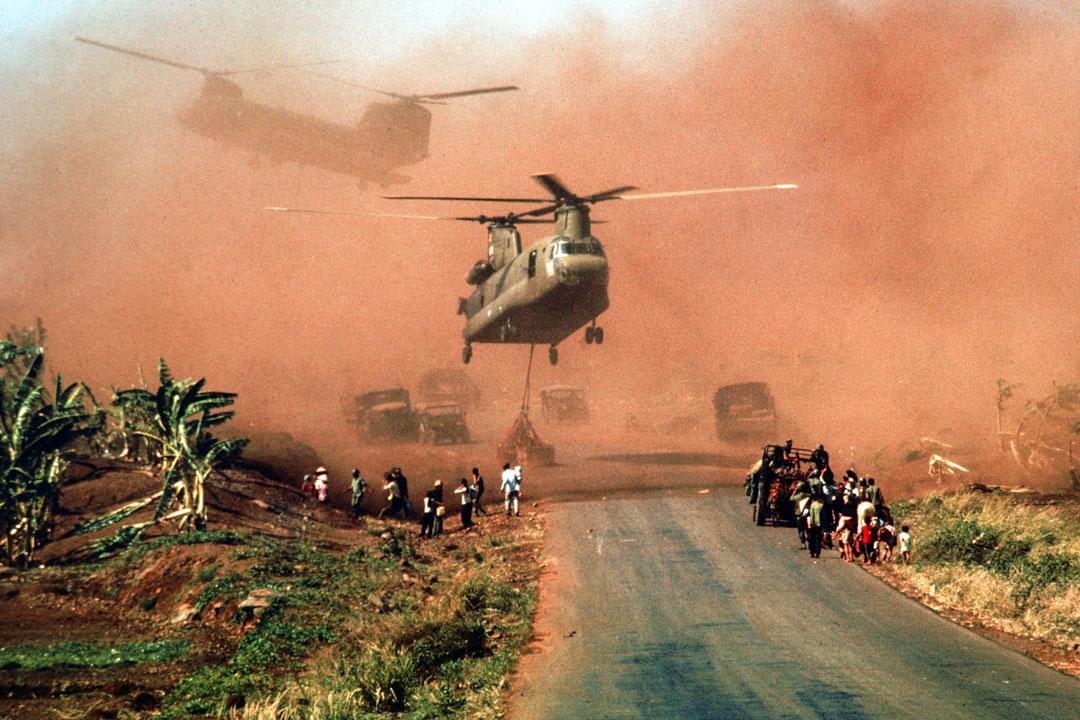 1975年越南人發動總進攻,解放西貢,完成了南北統一,越南戰爭結束。圖為1975年,兩架美軍直升機協助撤離士兵及其家屬。