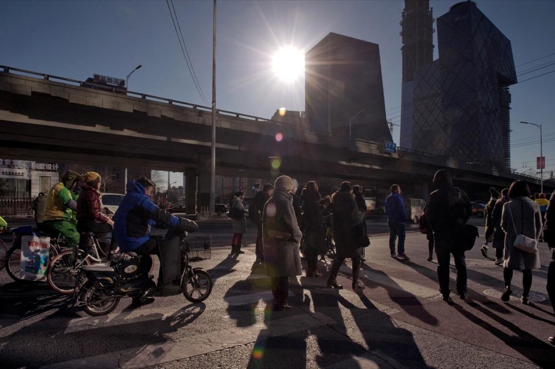 在全面自動化的情形下,人力的使用將受到抑制,剩餘人力也未必能獲得與從前一樣、或是更多的薪資,當然不具足夠的消費能力推動經濟,變成惡性循環。 攝:Nicolas Asfouri/AFP/Getty Images