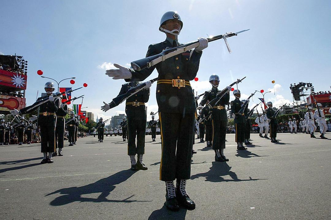 「如果中國大陸為了統一對臺灣使用武力,請問您願不願意為保衛臺灣而戰?」調查結果顯示,在中共武統的狀況下,有68.1%的人回答「願意」或者「非常願意」為台灣而戰。 攝:Simon Kwong/AFP/Getty Images