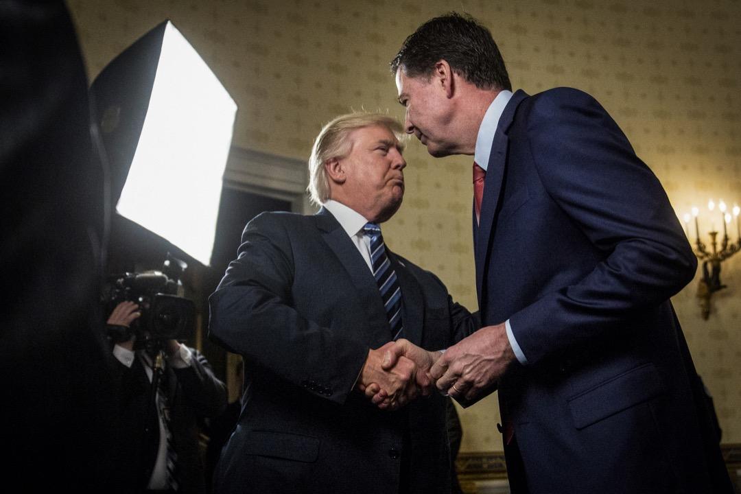 作為總統卻與 FBI 局長走得太近,甚至向科米索求對特朗普個人的「忠誠」;出於警惕,科米每次與特朗普單獨會面都會寫下備忘錄。